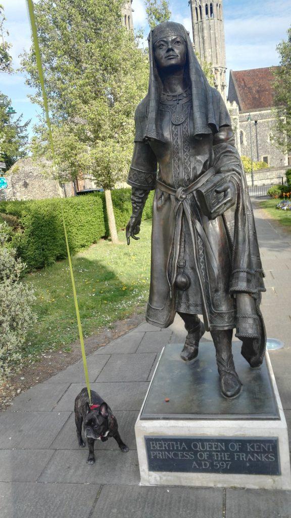 Kuningattaren patsas ja pieni koira